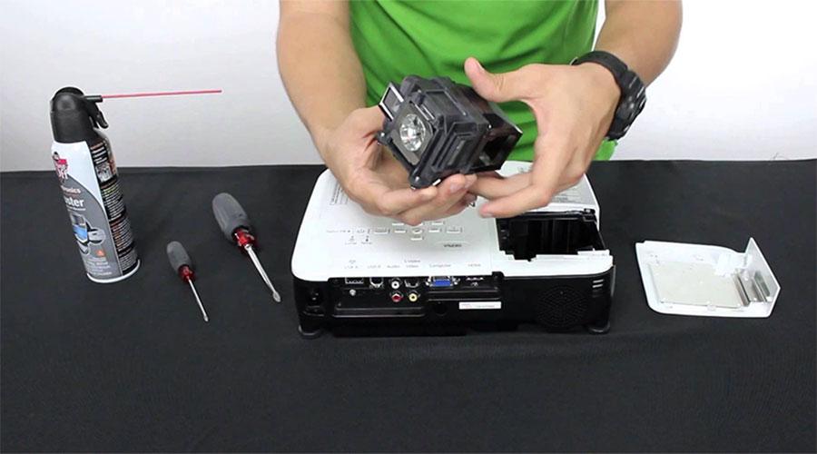 máy chiếu giá rẻ – Thay bóng đèn máy chiếu chính hãng